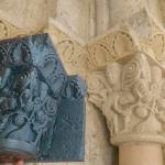 Reproducción y original. Capitel, laboreo de la viña, Monasterio de San Zoilo.